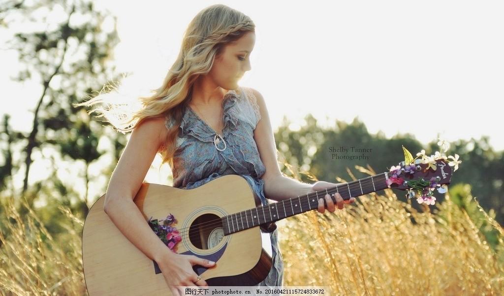 吉他美女 弹吉他 弹吉他的女孩 文艺范壁纸 文艺范美女 树木 摄影