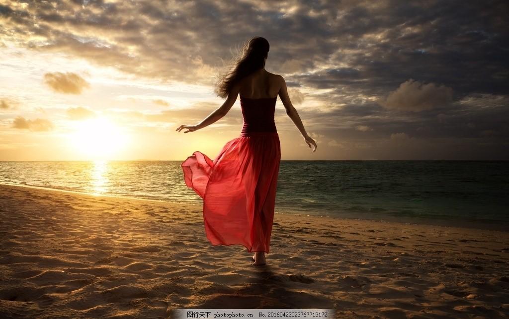 海边 美女 背影 长裙 飘逸长发 红衣美女 沙滩      摄影 人物图库