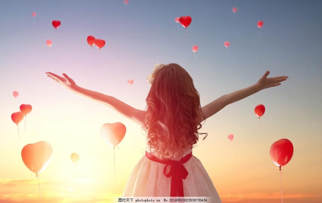 展开双臂的女孩背影 女孩 背影 唯美 爱心 阳光 气球 展开双臂 拥抱