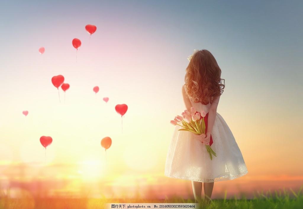 女孩背影 女孩 背影 唯美 爱心 阳光 草地 摄影 人物图库 儿童幼儿