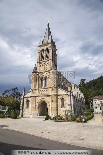 欧式风格的教堂 建筑物 白云 云朵 信仰 红色