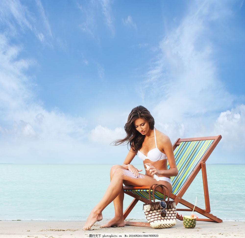 沙滩上涂抹防晒霜的女人 沙滩上涂抹防晒霜的女人图片素材 沙滩美女