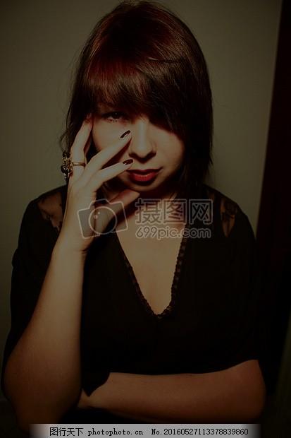 摸脸的短发女人图片