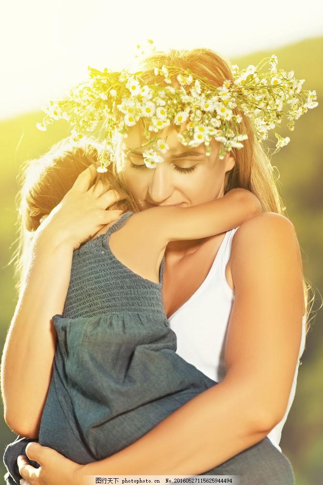 阳光下拥抱的母女图片