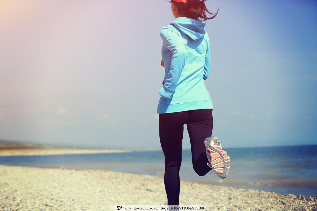 沙滩边跑步的女子图片
