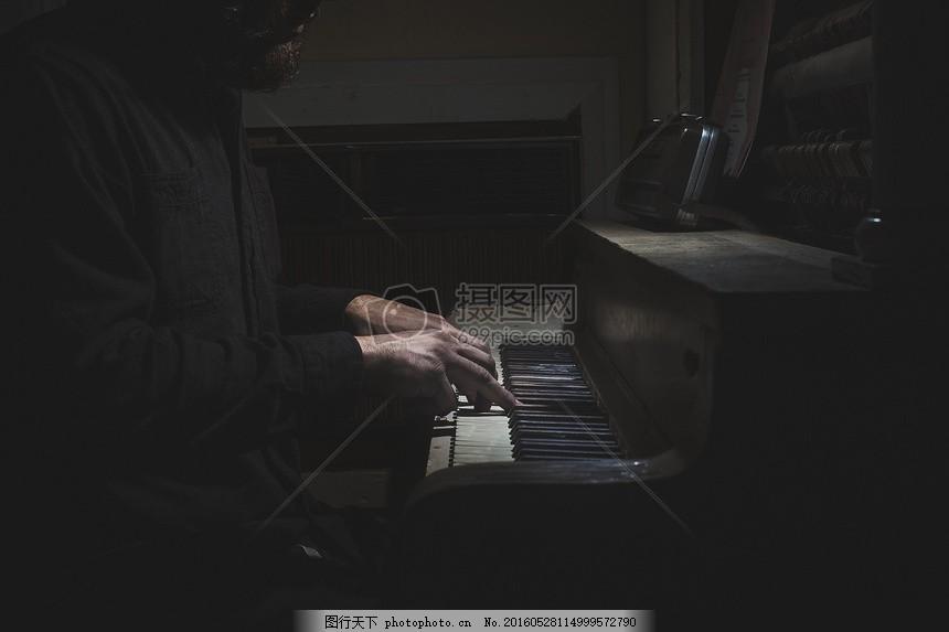弹奏中的钢琴