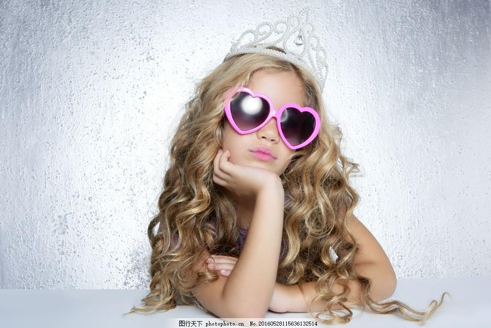 儿童写真照图片素材 人物 儿童 可爱 天真 稚气 公主 卷发 爱心墨镜