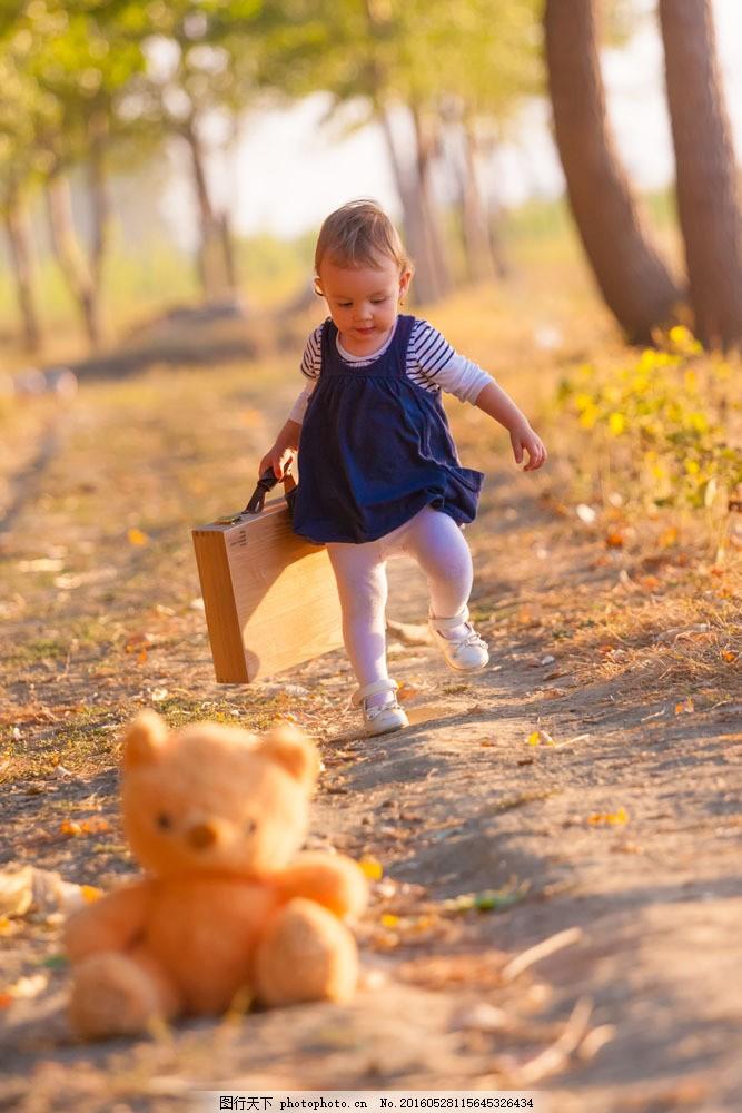 奔跑的小女孩 奔跑的小女孩图片素材 洋娃娃 秋天风景 树叶 秋天景色