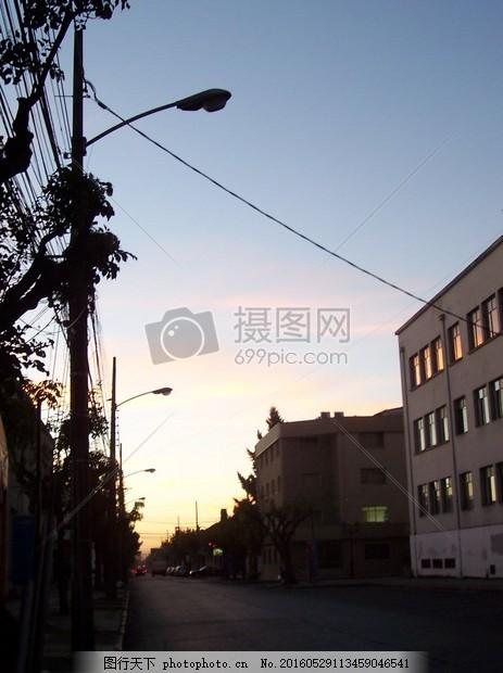 傍晚的城市景观 蓝天 白云 路灯 楼房 街道 电线 红色