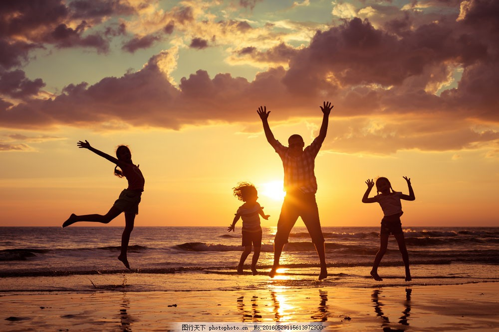 海边开心一家人图片