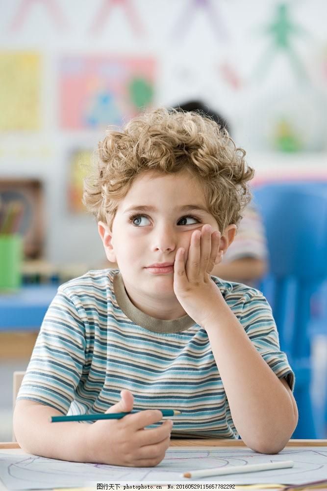 在思考的幼儿园小男孩图片