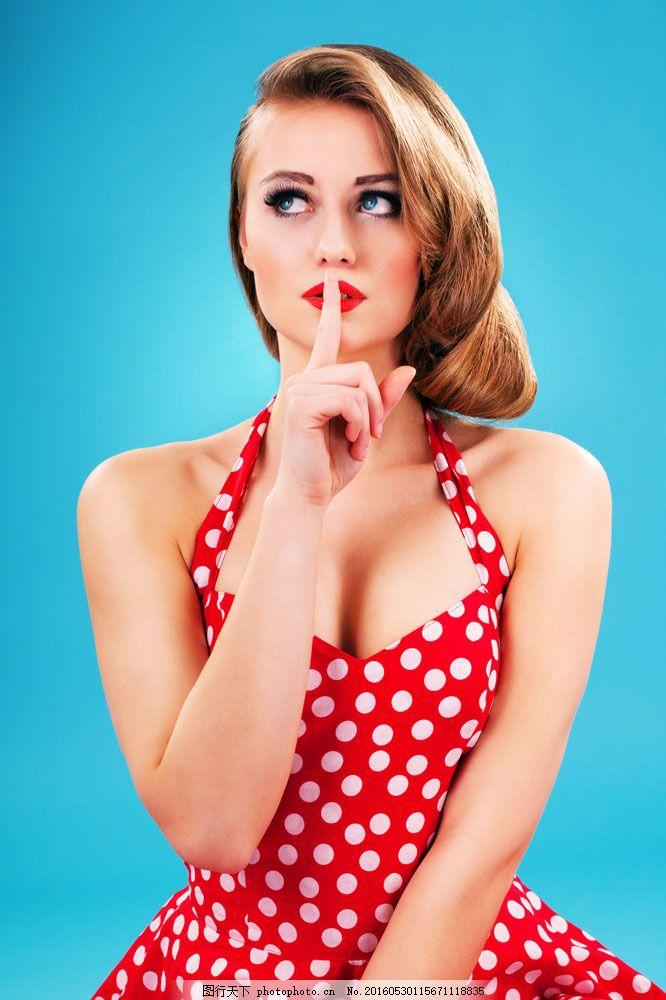做安静嘘手势的美女图片