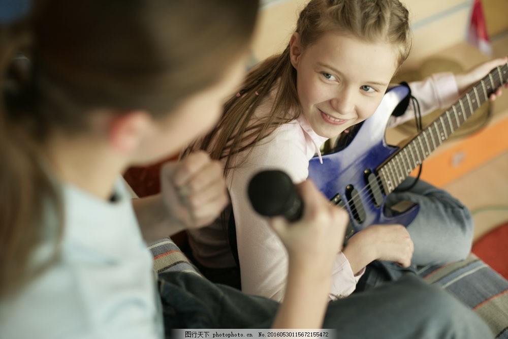 弹吉他唱歌的女孩图片