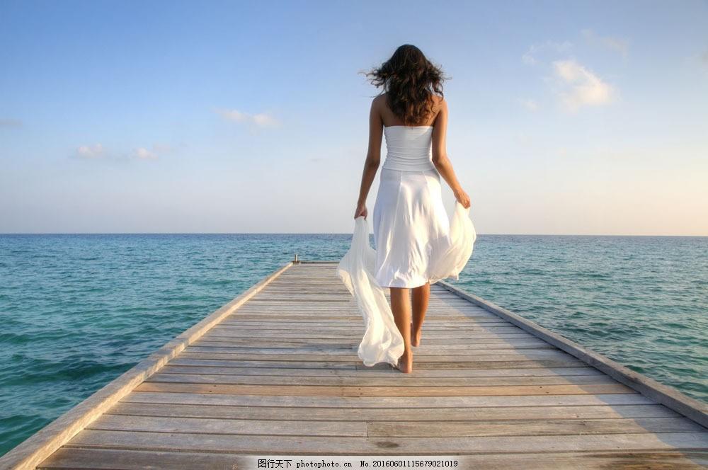 码头的美女背影图片素材 性感美女 时尚女性 美女模特 码头 大海风景