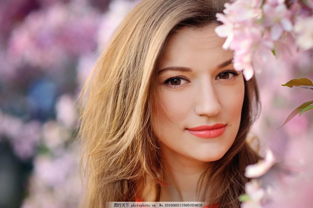 花朵与美女图片素材 人物 花朵 美女 黄色头发 鲜花 微笑 美女图片图片