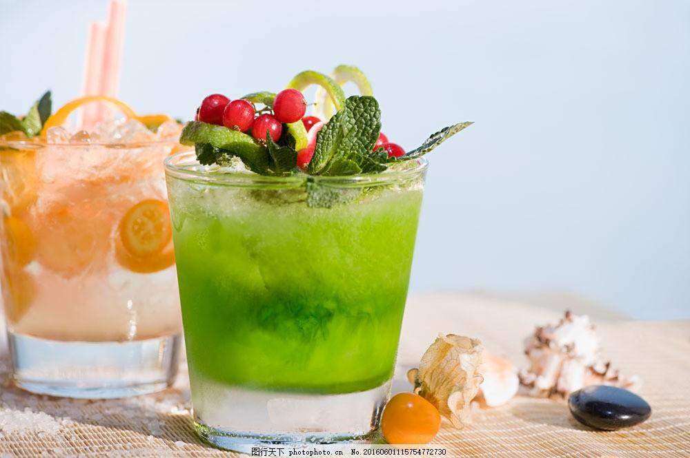 杯子内的绿色饮料图片