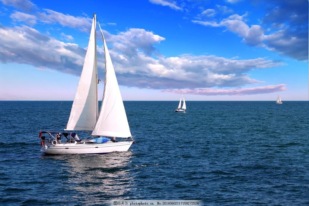 蓝天下海上帆船风景图片