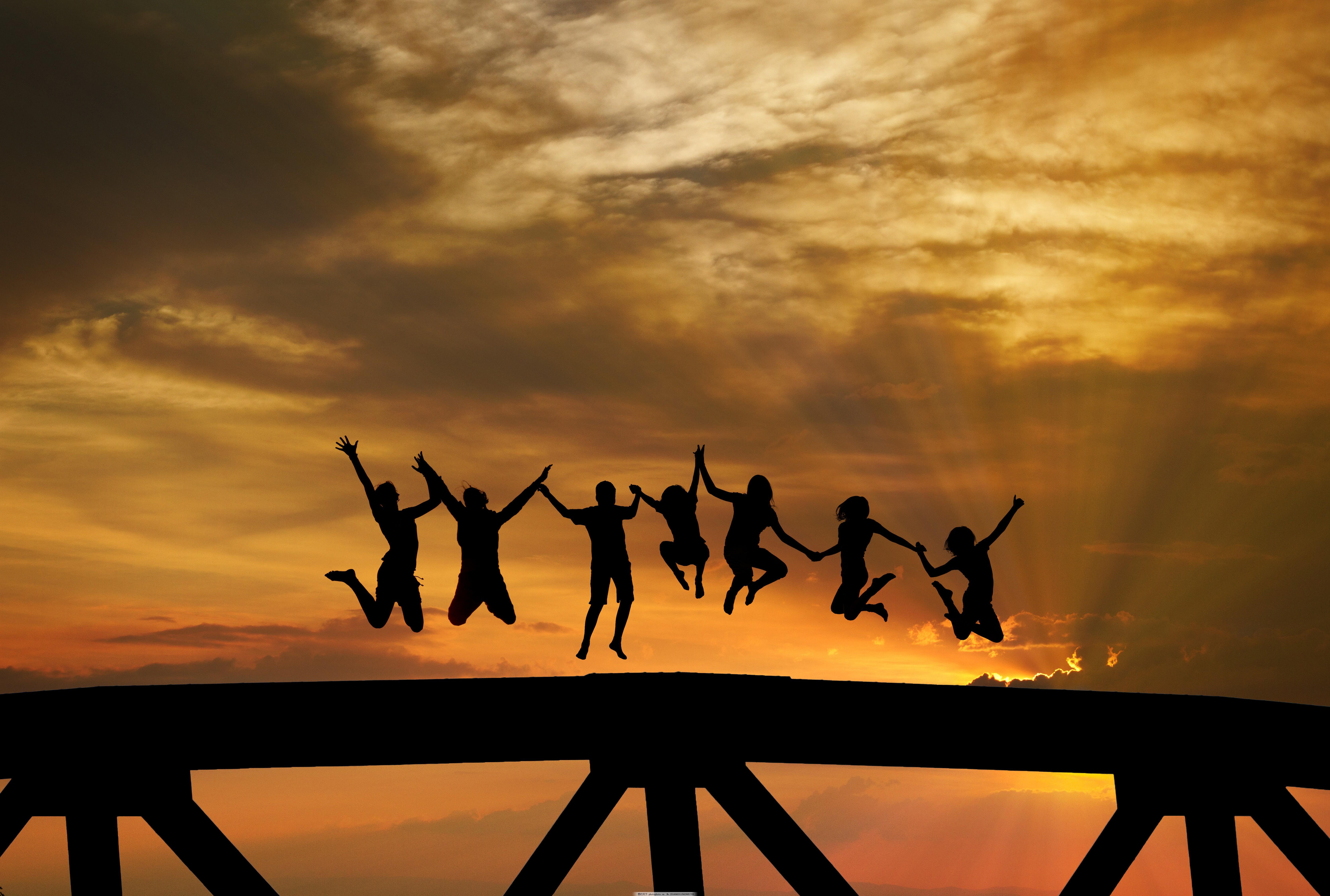 跳跃的人物剪影图片素材 跳跃的人 人物剪影 黄昏 黄昏美景 生活人物