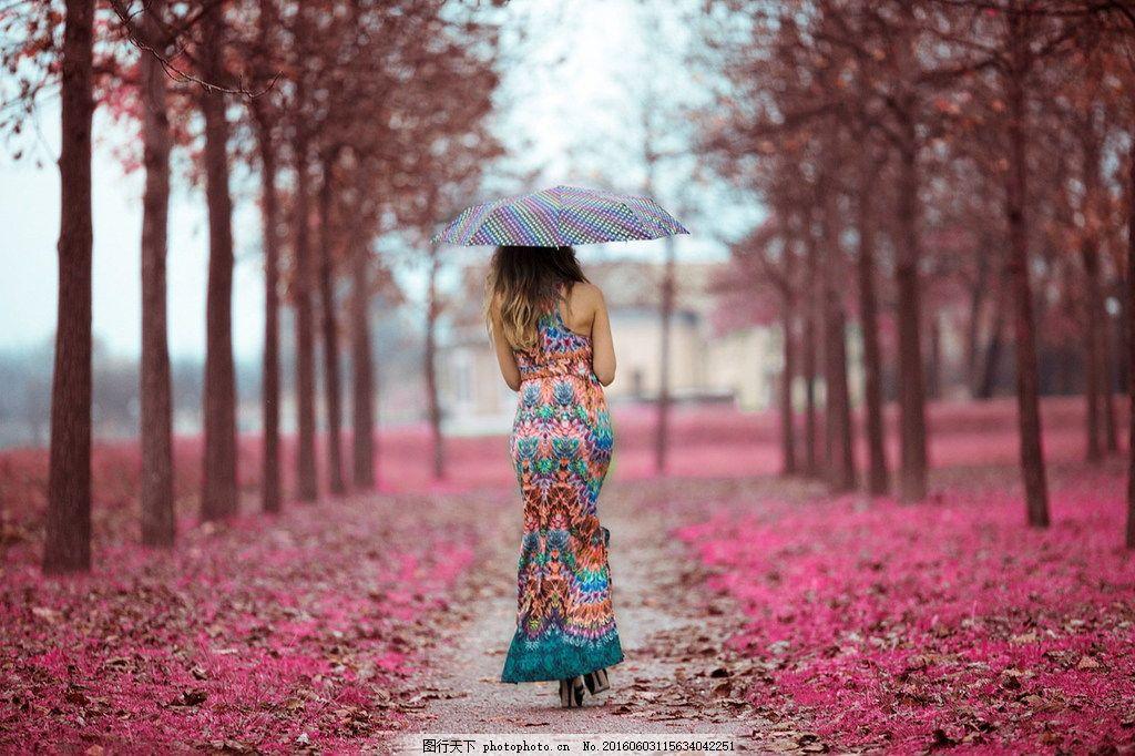 女孩下雨撑伞背影图片