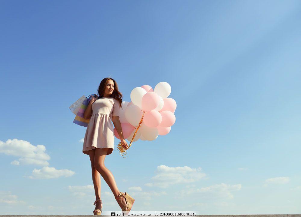 拿着气球的购物美女图片