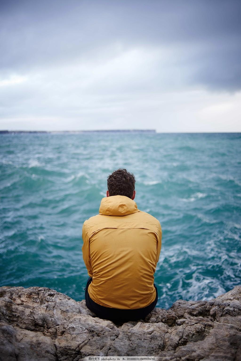 唯美海边男生背影图片