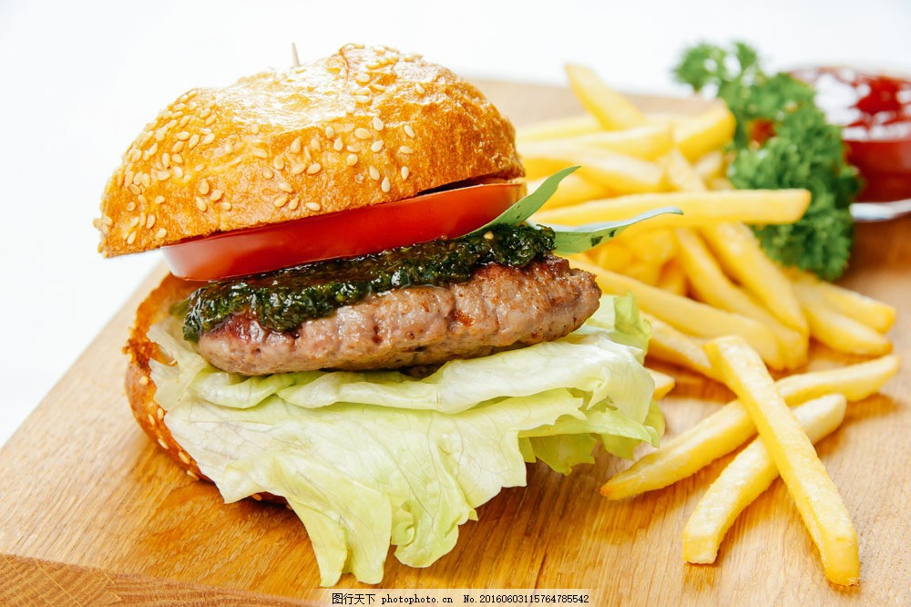 牛肉西红柿汉堡包和薯条图片