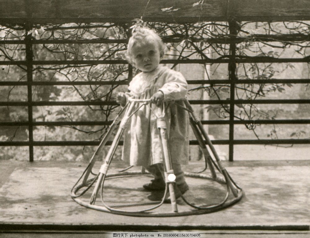 小孩的黑白照图片