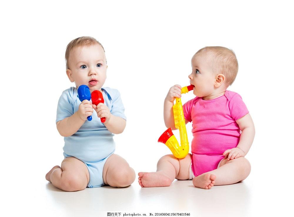 玩玩具的小孩儿图片