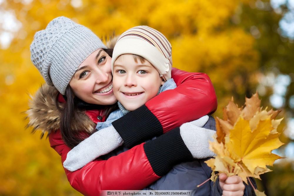 拿着树叶的外国母子图片