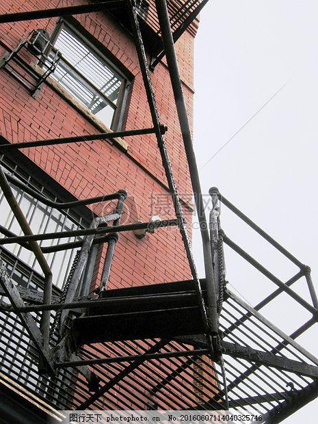 带架子的建筑 奇特 楼梯 房子 钢结构 窗户 红色