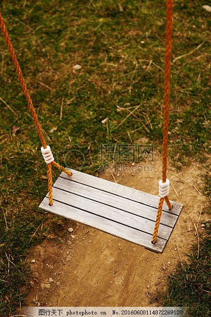 草地上的秋千 黄图 绳子 木板 特写 红色 绿色