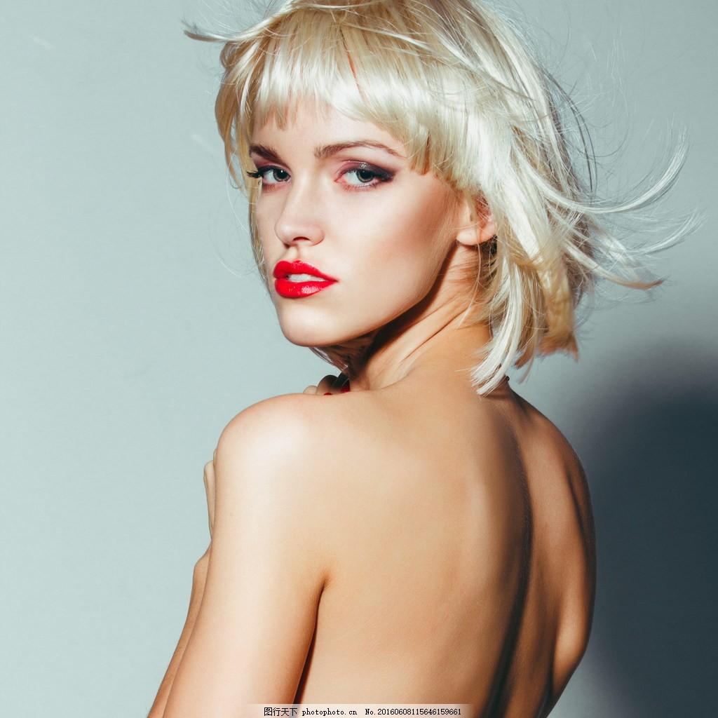 金色短发美女图片