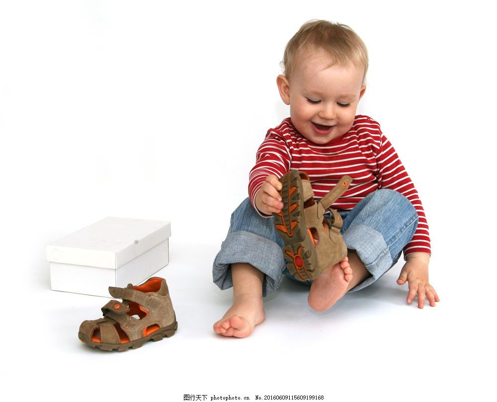 穿鞋的小男孩图片素材 鞋了 婴儿 小男孩 外国小孩 鞋盒 儿童图片