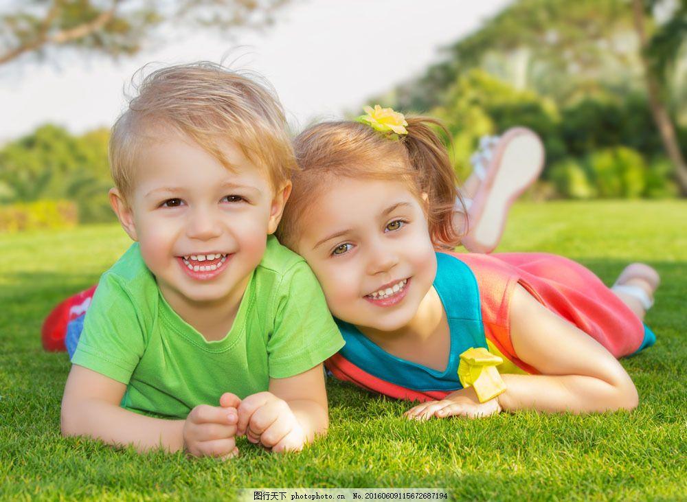 趴在草地上的两个外国孩子图片图片