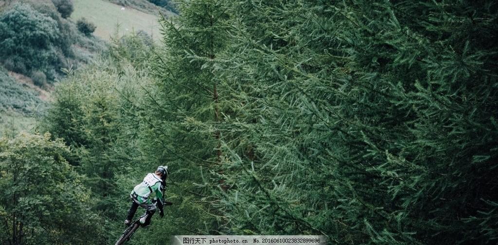 穿越森林的摩托车手 树木 绿色 飞跃 活动 越野 素材天下 摄影