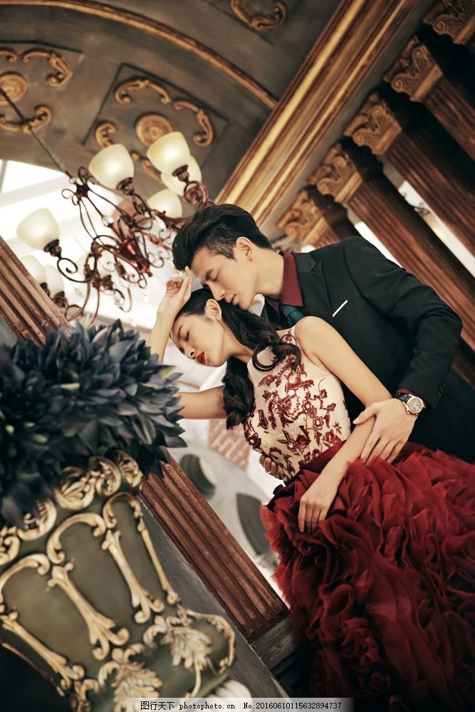 欧式房间里的婚纱情侣图片