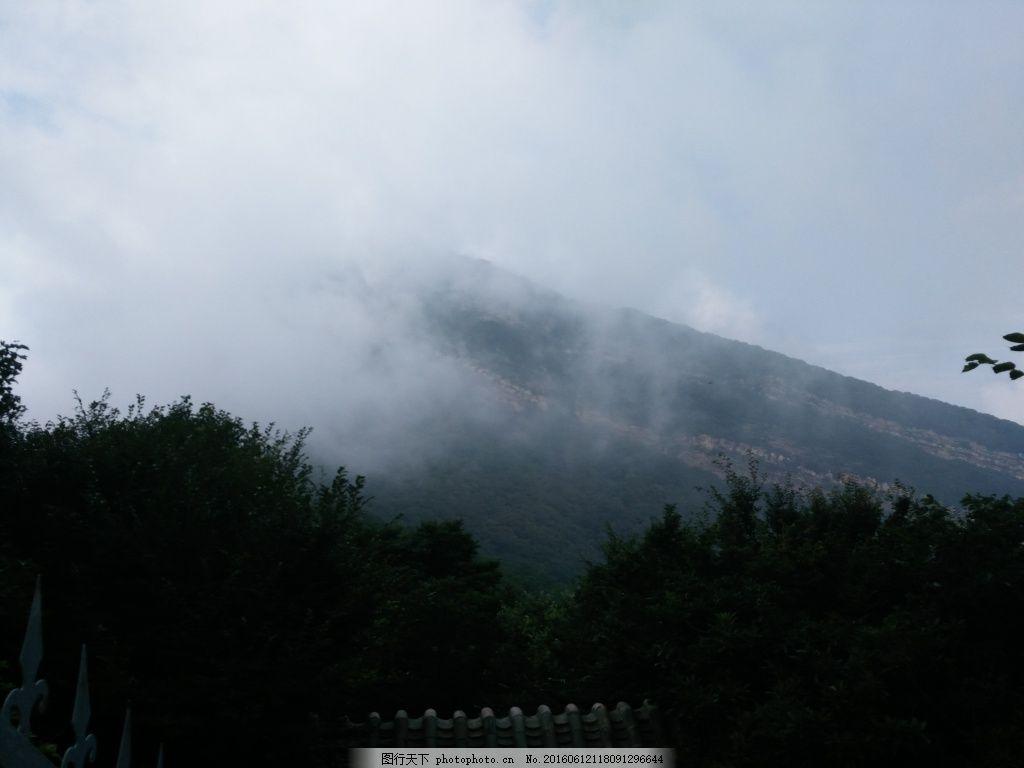 迷失的雾 隐藏在雾里的山 山中的雾