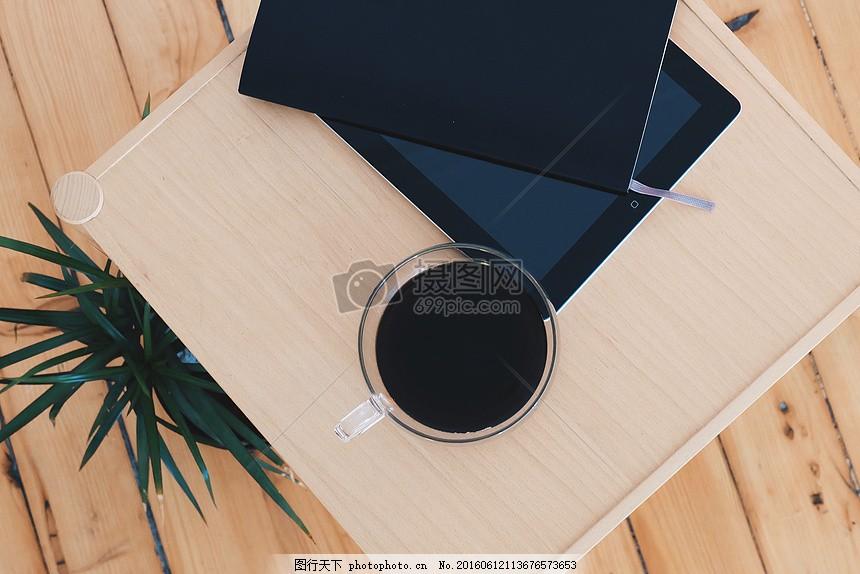 放在餐盘上的茶水 盘子 树叶 杯子 茶水 黑色 白色 木板 木材
