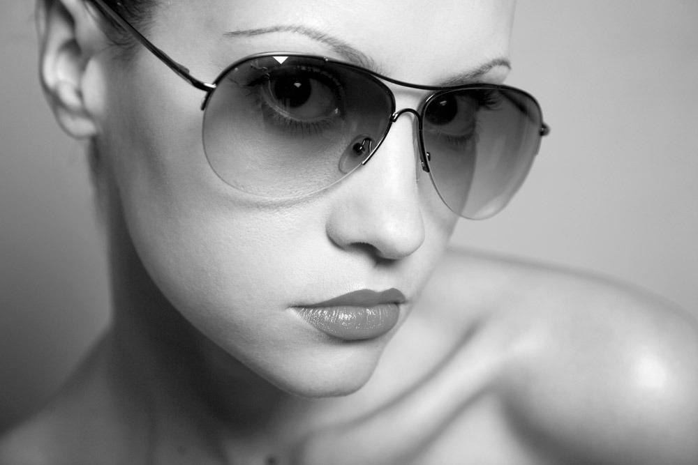 戴眼镜的美女图片