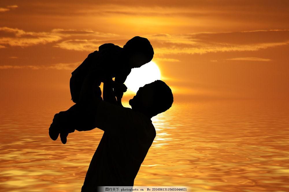 爸爸举起小孩图片
