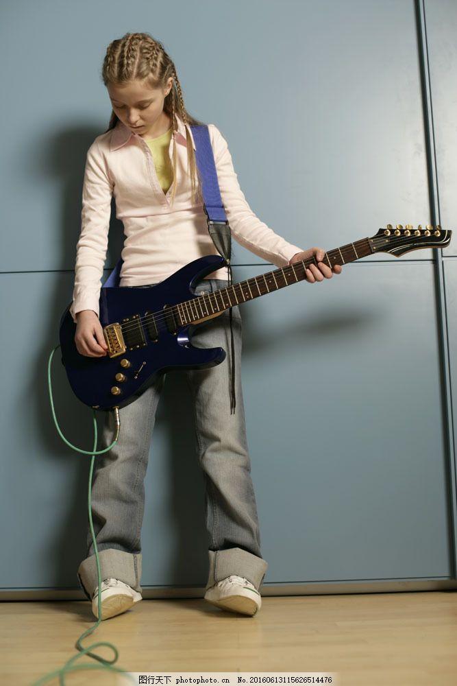 弹吉他的女孩 弹吉他的女孩图片素材 外国女生 外国女孩 小女孩