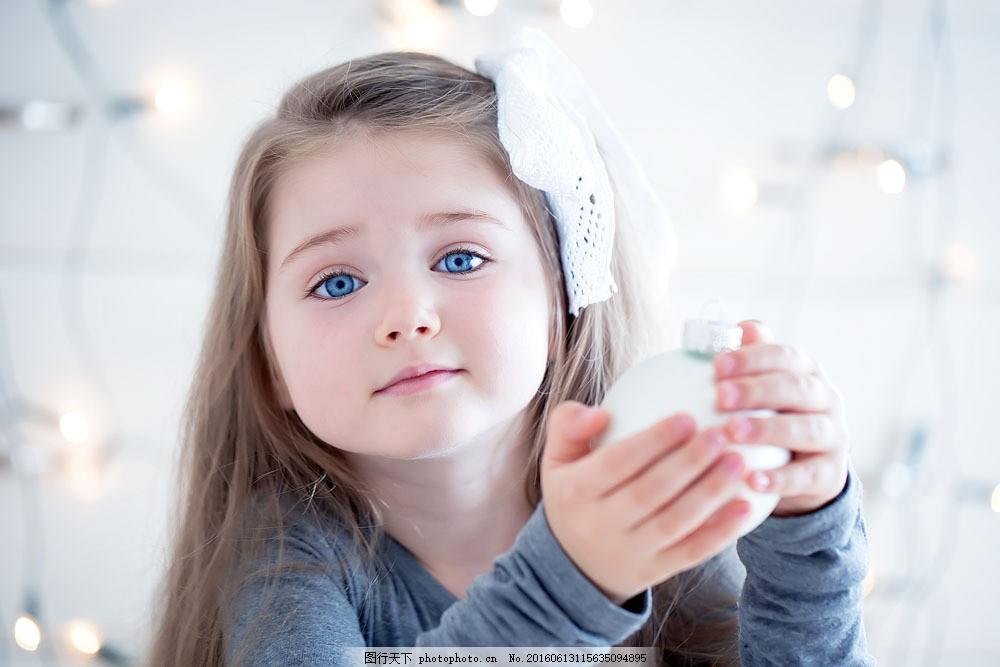 拿着东西的可爱小女孩 小女孩 女孩 孩子 儿童 外国人 人物图库 人物