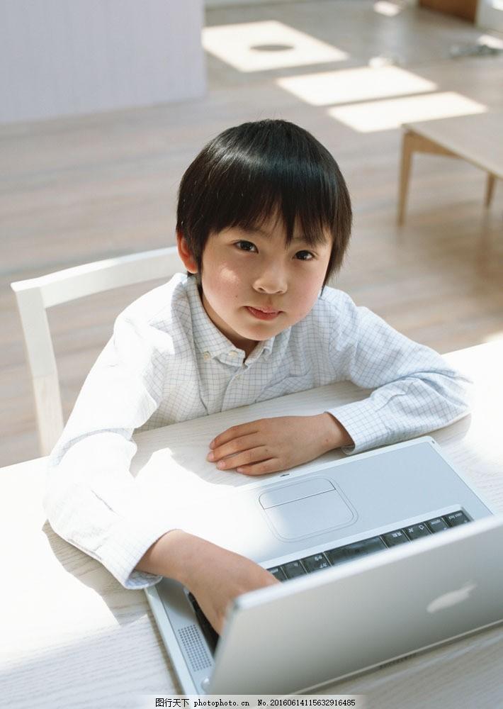 玩电脑的小男孩图片