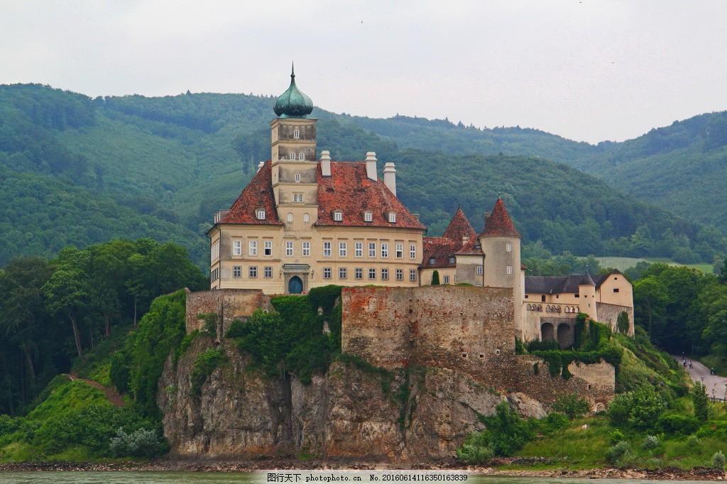 欧洲城堡 碉堡 堡垒 古老建筑 城市建筑 山峰 远山 青山 树木 植物图片