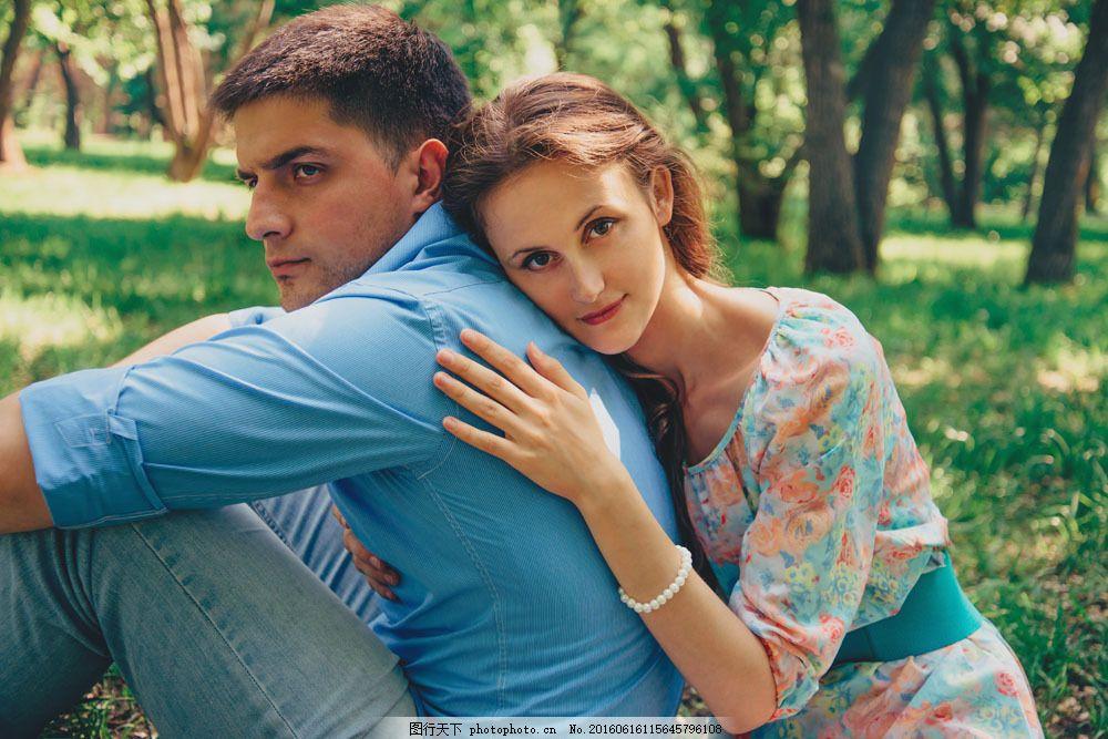 草地上拥抱的情侣图片