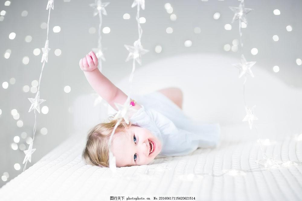 可爱的外国宝宝图片素材 宝宝 孩子 外国儿童 光斑 躺着 床 微笑 宝宝
