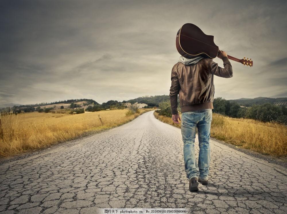 扛着吉他的男人图片素材 地面 裂缝 男人 背影 走路 吉他 野草 户外