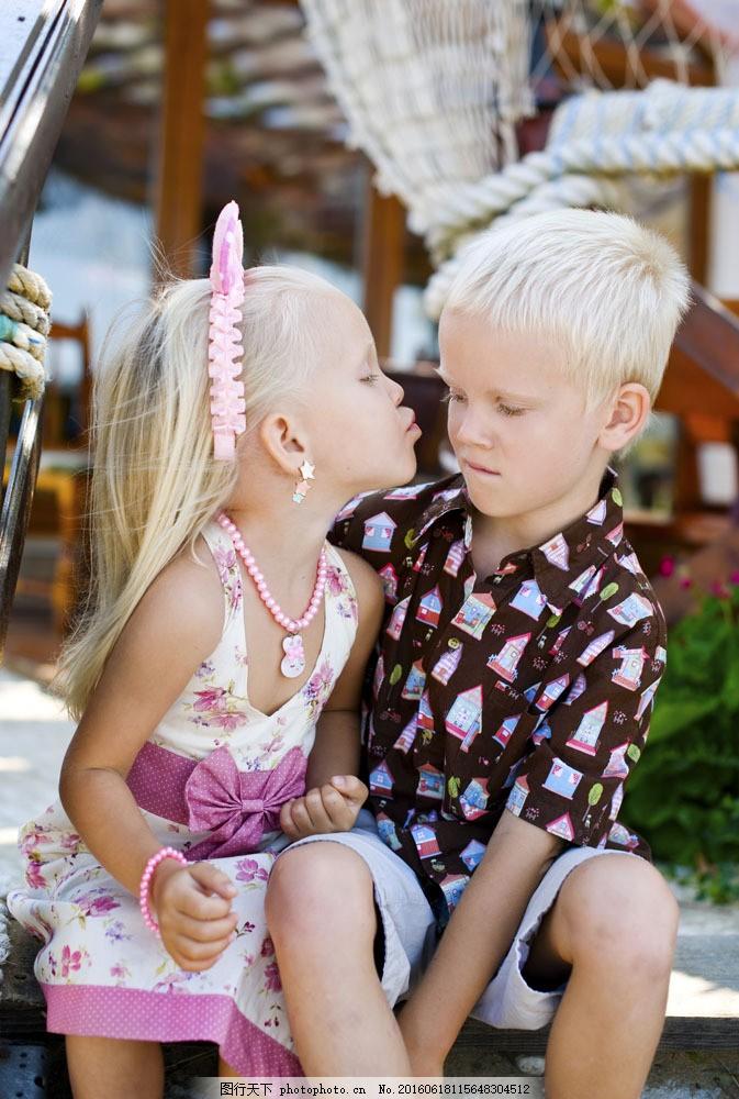 亲吻小男孩的小女孩图片