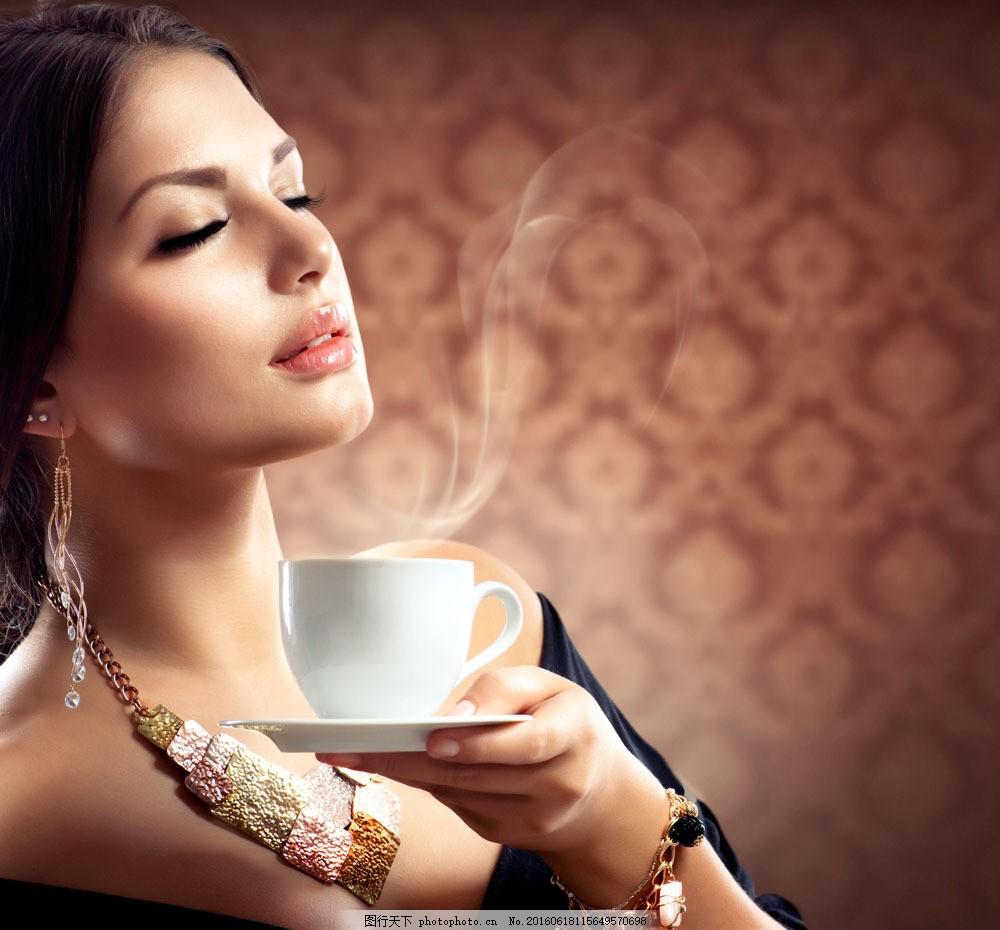 正在喝咖啡的美女图片