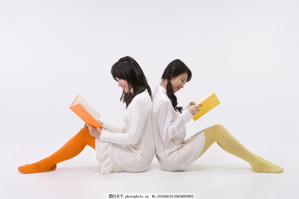 背靠背坐着看书的好姐妹图片